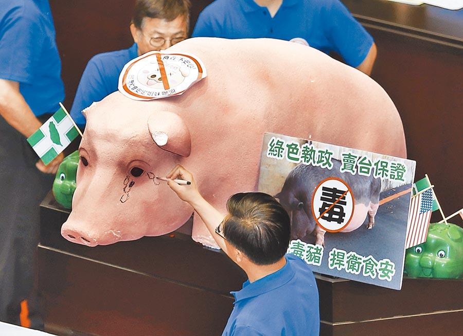 拉美抗中的蔡政府,從軍售的保護費,繳到美豬美牛的健康捐,面對美國的予取予求,顯然不敢說不。圖為2016年國民黨立委杯葛抗議,反對瘦肉精美豬入台。(本報資料照片)
