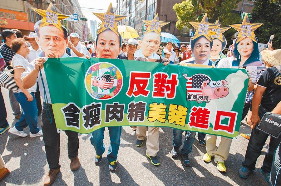 圖為2016年民眾戴著曾反美豬進口的縣市長面具,到立法院外抗議,質問民進黨立場執政前後不一。(本報資料照片)