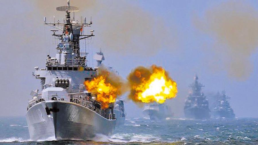 圖為中國大陸解放軍海軍部隊近期持續展開海上實彈演習,軍艦以主炮向目標射擊。(摘自央視網)