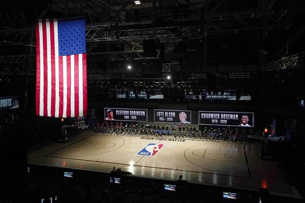 NBA公鹿與魔術賽前悼念去世的克里夫羅賓生。Lute Olson、查德威克鮑斯曼。(美聯社)