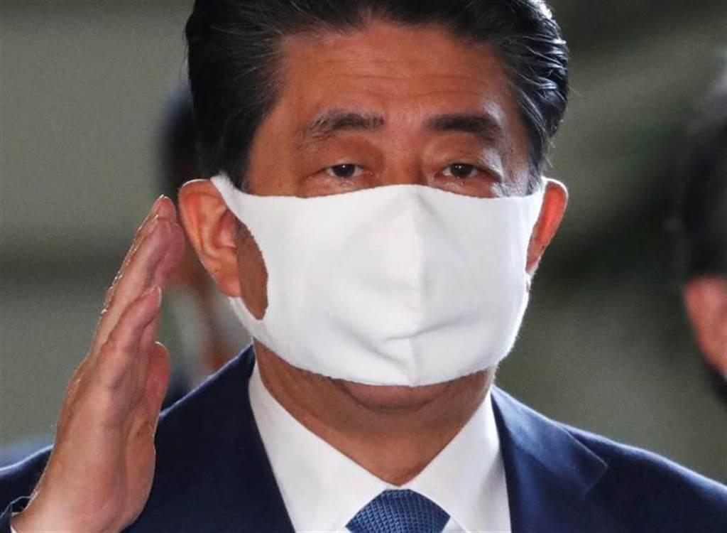 日本首相安倍晉三因潰瘍性大腸炎請辭,醫曝5警訊:別小看排便。(路透)