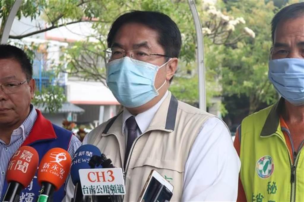 台南市長黃偉哲(中)。(資料照/李宜杰攝)