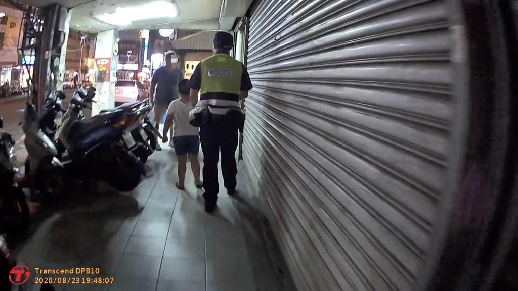員警護送男童,2人大手牽小手一同返家。(台中市警三分局提供/張妍溱台中傳真)