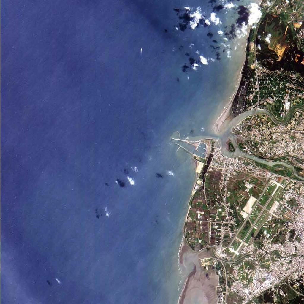 福衛二號的遙測照相儀在2004年6月4日拍攝到第一張遙測影像,可清楚看到新竹南寮漁港。(國研院太空中心提供/中央社))