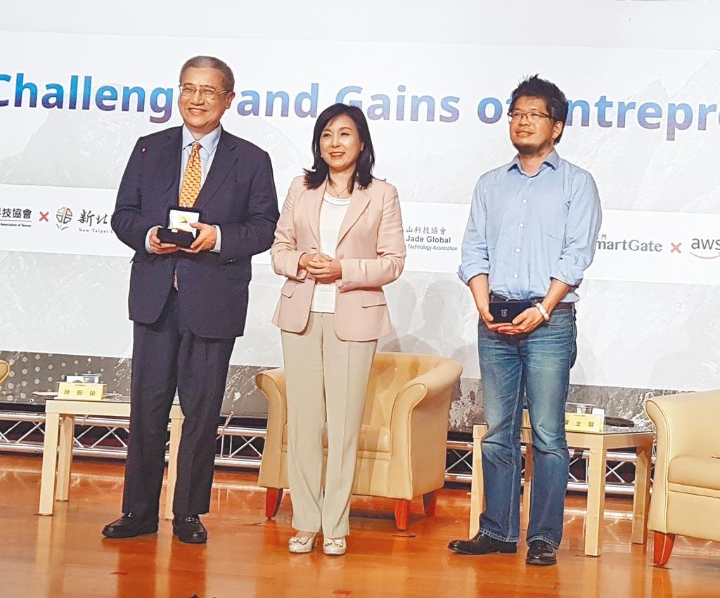 玉山科技協會舉辦「如何在全球領域中成功」講座。圖為YouTube創辦人陳士駿(右),玉山科技協會理事長李紀珠(中)和藍濤亞洲總裁黃齊元(左)。(許昌平攝)