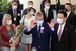 捷克參議院訪台團 戴雙國旗口罩感謝台灣