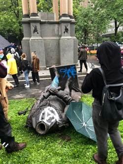 慘!加拿大首任總理雕像遭示威者拉倒 身首異處