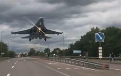烏克蘭Su-27公路降訓出錯 撞壞路標卡戰機上