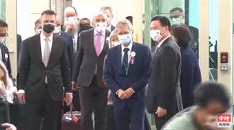 捷克參議長訪台包機抵達 吳釗燮赴桃園機場迎接