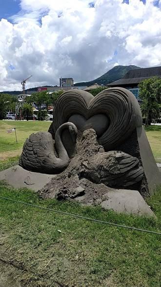 民眾「坐沙雕」合照 天鵝沙雕慘被屁股壓爛