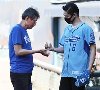 中職》AKIRA接受郭泰源指導 開球卻差點打到董事長
