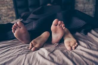 癡情男怕女友想不開 急破窗一看床上卻驚見裸男 下秒神展開