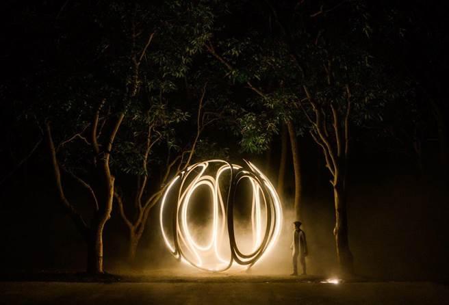 「里山禾樂」燈區的森光霧果-夜間。(農業局提供/陳淑娥台中傳真)
