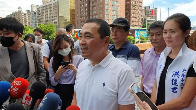 新北市長侯友宜今(30日)表示,地方沒有自治條例,就是依據中央規定「零檢出」標準,原則是一直不會改變。(葉書宏攝)