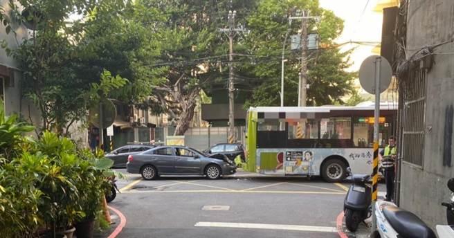 酒駕男子車頭嚴重毀損,公車後保險桿則撞到快掉落。(三重警分局提供/許家寧新北傳真)