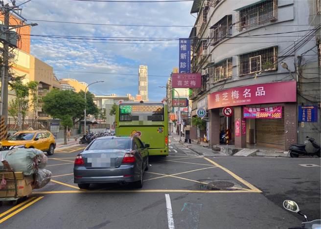 新北醉漢追撞公車,所幸未造成公車乘客受傷。(三重警分局提供/許家寧新北傳真)