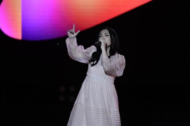 徐佳瑩昨晚以一身粉紅色洋裝登台獻唱。(胡俊彥提供)