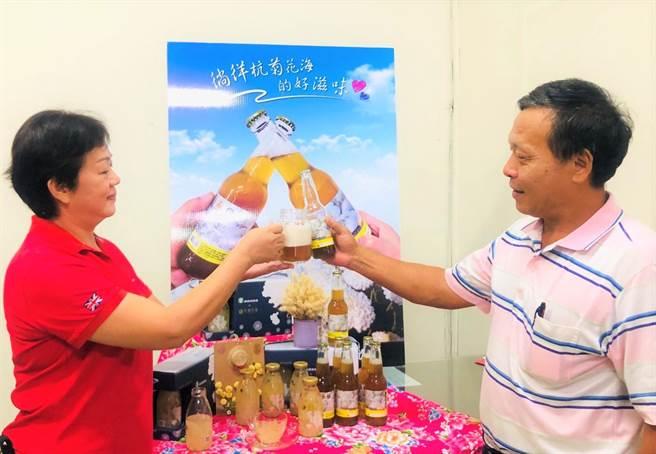 銅鑼鄉農會研發全台第一支杭菊啤酒,口感香甜深受消費者青睞。(巫靜婷攝)