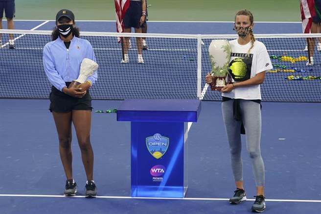 大坂直美(左)因傷退賽,讓阿薩瑞珂(右)輕鬆獲得冠軍。(美聯社)