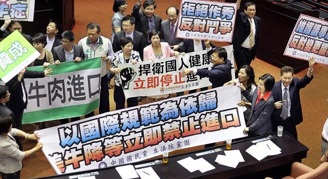 圖為2012年,在野黨團在立院針對全面禁止美牛案拉布條抗議。(資料照,姚志平攝)