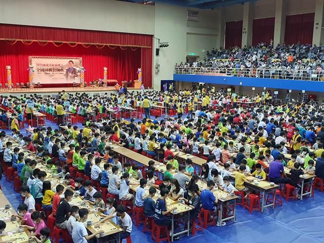 2020新北市紅面棋王全國圍棋公開賽30日於板樹體育館登場,逾千選手參賽對弈。(葉書宏攝)