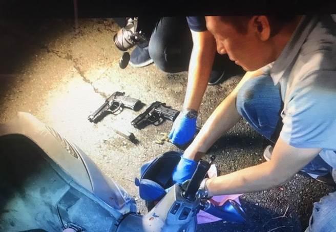 警方與吳男扭打成一團,吳男力竭就逮,起出改造手槍2把、子彈7顆。(讀者提供/莊曜聰台南傳真)