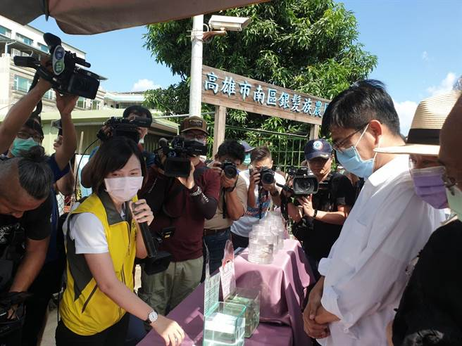 高雄市長陳其邁(右二)30日視察登革熱防疫狀況,呼籲豪雨過後48小時要加強清消。(柯宗緯攝)