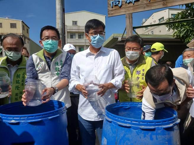 高雄市長陳其邁(中)30日視察登革熱防疫狀況,呼籲豪雨過後48小時要加強清消。(柯宗緯攝)