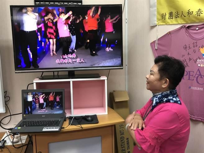 高齡74歲的徐玉英,有近600部作品上傳YOUTUBE,她正在欣賞剛出爐的最新影片。(洪浩軒攝)