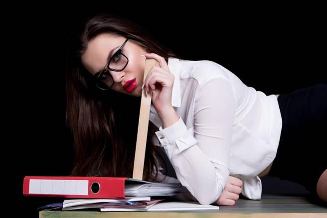 補教女師不爽被鮮肉工讀甩,竟在網路大罵「渣男射後不理」。(示意圖/Shutterstock)