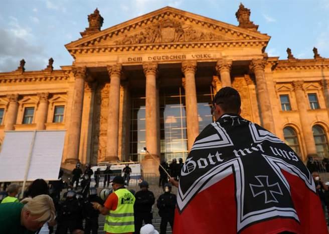 德國29日新增近1500人確診,同日3.8萬人走上柏林的街頭,抗議政府的口罩政策,指控政府與口罩業者勾結,圖利廠商。(路透)