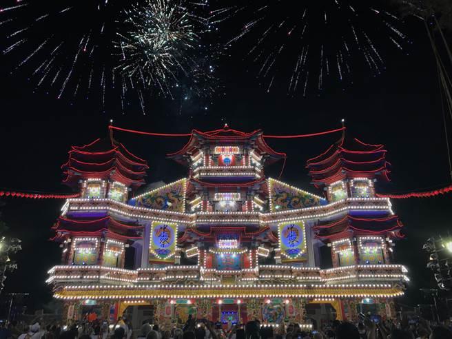 2020雞籠中元祭主普壇30日開燈放彩,點燈時更同步施放煙火,讓主普壇的氣勢變得更為宏偉。(陳彩玲攝)