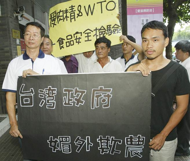 來自全台各地的養豬協會代表與楊儒門(右),2007年8月10日到衛生署抗議美國豬肉含瘦肉精進口。(資料照片,陳志源攝)