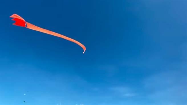 物理教師指出女童會飛起來的關鍵在於,「風箏面積愈大,造成向上的『合力』會愈大。」(擷取自YouTube影片)