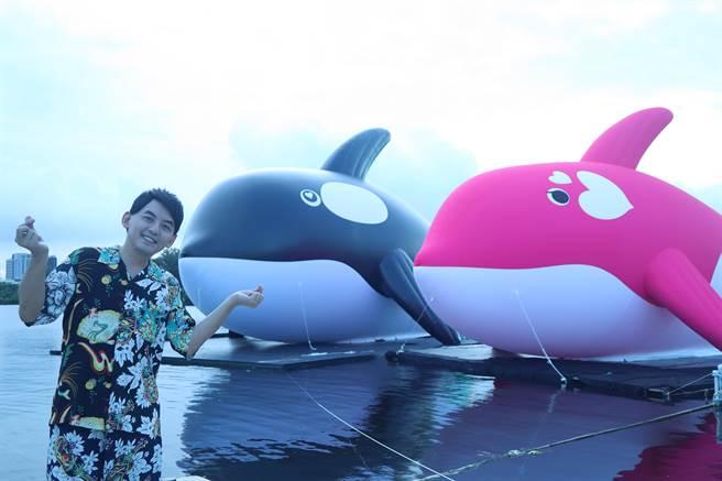 台南市政府文化局30日舉辦「亮晶鯨Orca Go!」夏日嘉年華,邀請藝人黃子佼助陣,同時也首次亮相Orca的女友Orla,共游安平港區。(李宜杰攝)