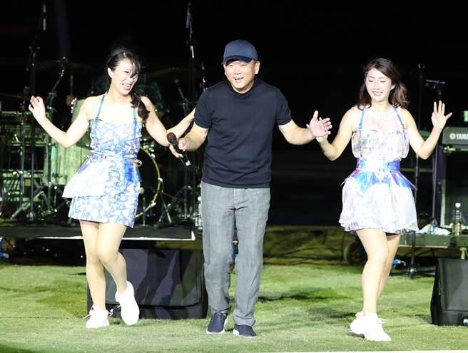 富邦悍將總教練在賽後獻舞姿。(陳怡誠攝)