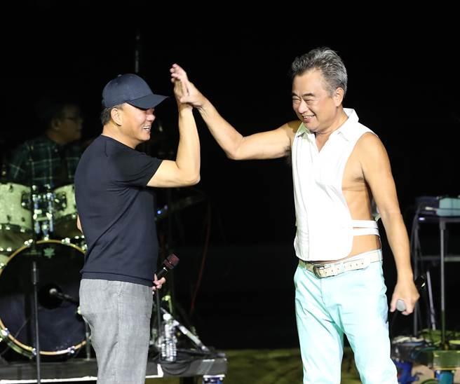 富邦悍將總教練洪一中(左)與知名歌手陳昇(右)一起上台唱歌。(陳怡誠攝)