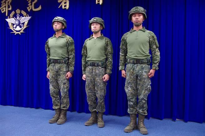國防部去年介紹的透氣戰鬥衫,卻視為救災裝備,並且在完成任務後要交還。(圖/國防部)
