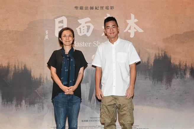 黃韻玲(左)、柯有倫前來欣賞《本來面目》。(牽猴子提供)