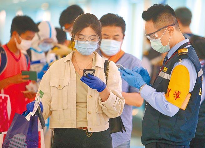 中央疫情指揮中心昨公布,國內新增1例由菲返台境外移入病例。圖為旅客在入境前查驗健康聲明書。(范揚光攝)