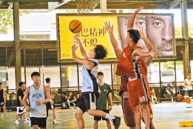 高雄巿籃球社區聯誼賽總決賽29日在青少年運動園區舉行。(曹明正攝)