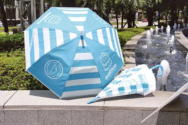 新北市敬軍愛師月,遠百信義A13送來店禮晴雨傘。(遠百提供)