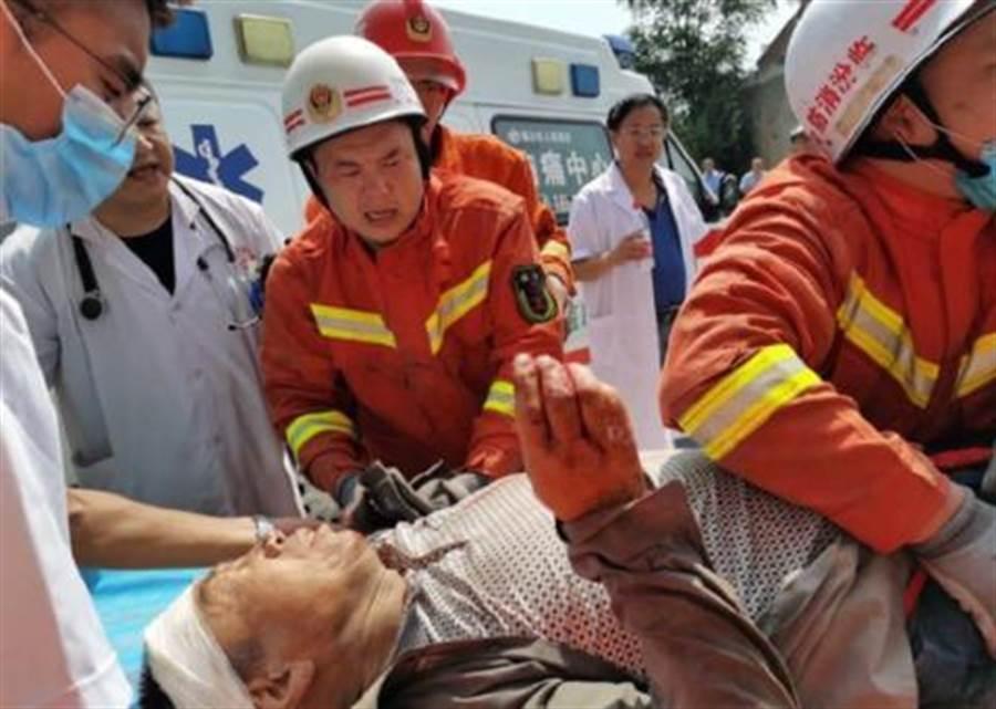 「死的全是我親戚!」慶生遇餐廳坍塌家破人亡 80歲翁崩潰下跪道歉 - 兩