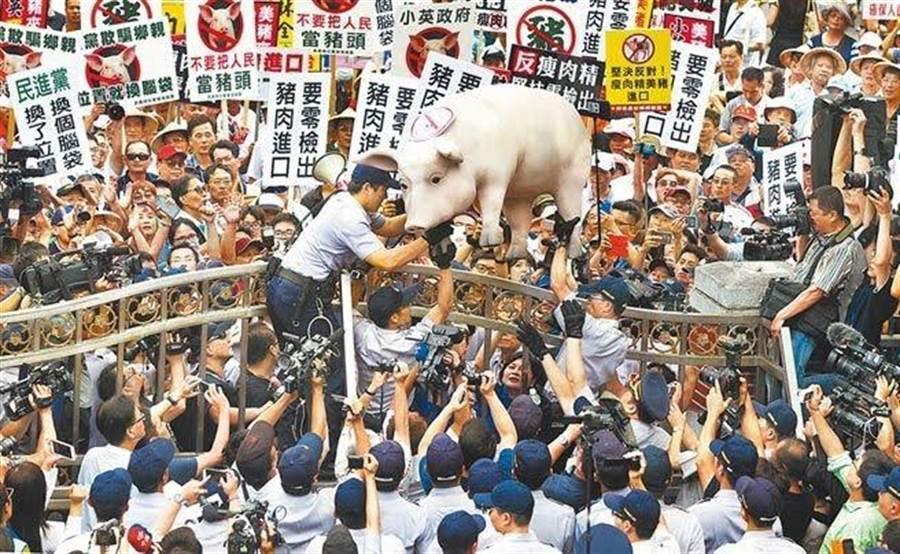 圖為2016年豬農上街抗爭,堅持反對美豬進口。(本報資料照片)