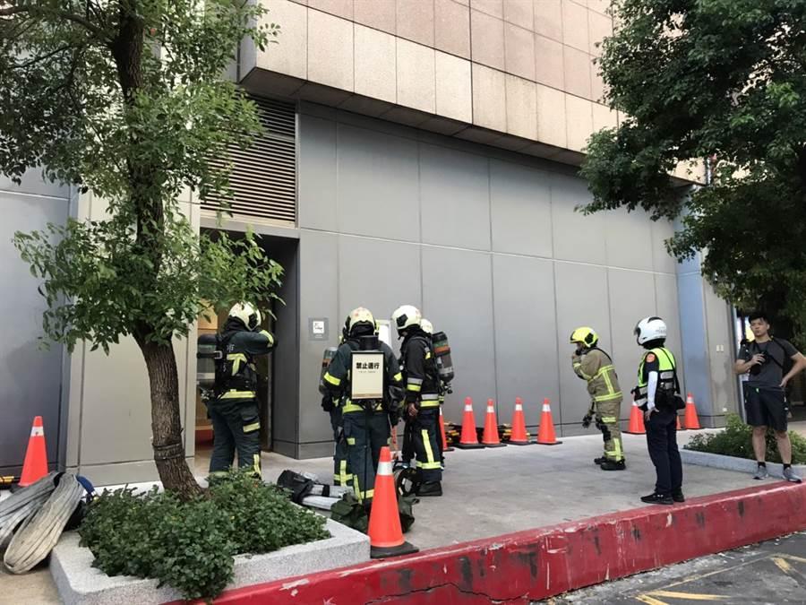 新光三越A11地下5樓倉庫起火,警消疏散現場民眾。(民眾提供/李文正台北傳真)