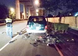 男深夜酒後騎車撞上前方停放車輛 機車零件散落一地當場失去生命