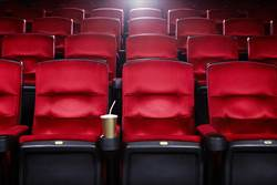 睽違半年看電影 一坐下濃濃尿騷味「褲子內褲全濕」 影廳態度讓她氣炸