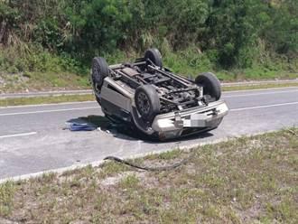 花蓮86歲老翁變換車道不當猛撞安全島 人車翻覆當場死亡