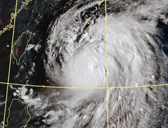 梅莎持續增強,將發展成今年第一個強烈颱風。(翻攝鄭明典臉書)