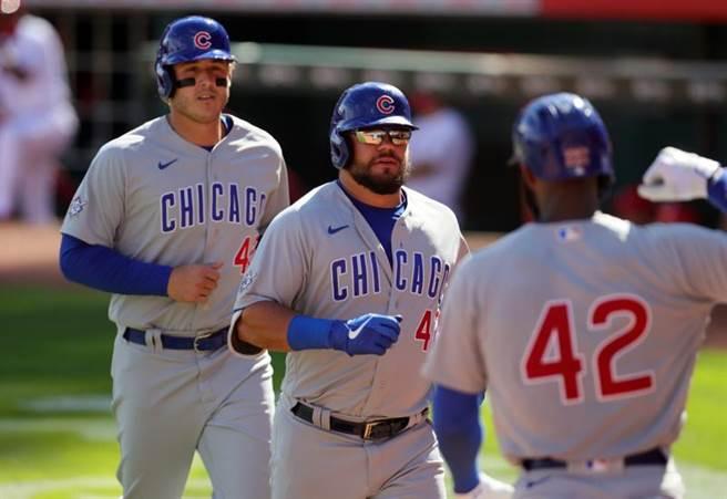 小熊隊外野手席瓦伯(中)9上敲出滿貫炮,助小熊隊寫下大聯盟新紀錄。(路透)